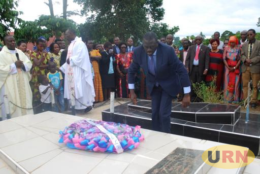 Besigye laying a wreath on Ex MP Vicente Kimera's grave in Masaka on Saturday